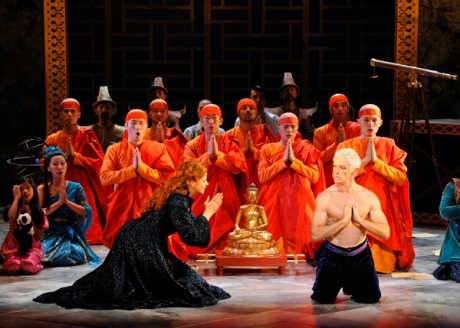 The King and I - Susan Graham (Anna Leonowens) / Lambert Wilson (The King) © Marie-Noëlle Robert - Théâtre du Châtelet - SEE HOW STUPID THIS LOOKS?